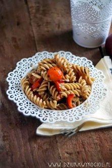 Makaron pełnoziarnisty z pomidorami, pieczarkami i cebulą czerwoną. Porcja ( olbrzymia! ) zawiera jedyne 192 kcal :) Przepis po kliknięciu.