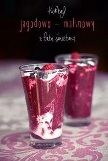 Koktajl jagodowo - malinowy z bitą śmietaną   Składniki (3 porcje):  • 130 g jagód (i kilka do dekoracji) • 130 g malin (i kilka do dekoracji) • 100 ml pełnego mleka  • 50 g jog...