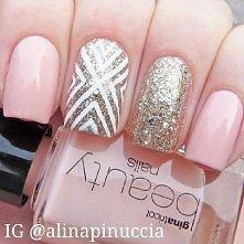 różowe ze złoto-białymi wzorami prostokątne paznokcie
