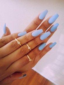 błękitne paznokcie