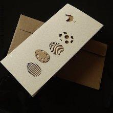 Kolory ziemi. Brązowawa koperta, a w środku – wyrafinowana kompozycja. Minimalizm. Tradycja połączona ze współczesnym designem. Kartka dla miłośników kartek. Przyciąga urodą. Aż...