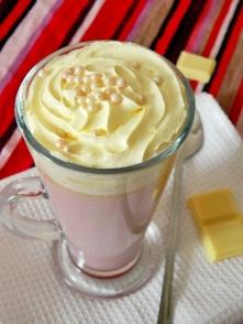 Gorąca czekolada malinowa Składniki na 1 porcję: 150 ml mleka 150 ml śmietany kremówki pół tabliczki (50 g) białej czekolady garść malin (świeżych lub mrożonych) bita śmietana (...