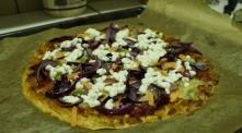 """Przeglądając internet znalazłam przepis na pizze na twarogowym spodzie, coś wspaniałego.Łapcie przepis ;) """"Składniki. 1.Na ciasto: 150 g twarogu chudego (niemielonego) jajk..."""