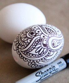 Pisanki z ornamentem rysowanym markerem