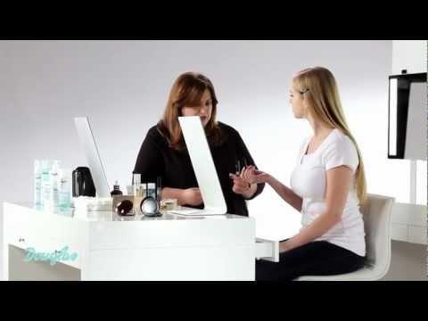 Jak nakładać podkład i korektor do twarzy by uzyskać naturalny makijaż - Tutorial Akademii Makijażu.