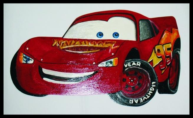 Ręcznie wykonane auto, kształt wycięty z płyty i farbami namalowany obraz.
