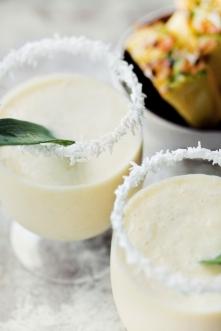 Drink Pina colada  Składniki, 2 porcje:  •300 g schłodzonego, obranego i pokrojonego w kostkę ananasa •200 ml schłodzonego mleka kokosowego •60 g (2 gałki) lodów waniliowych lub...
