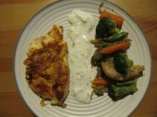 pieczona pierś z kurczaka,jogurt naturalny z czosnkiem i warzywa :)