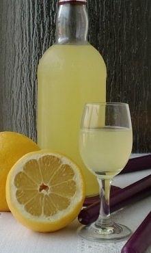 Cytrynówka  Składniki na 1,2 litra cytrynówki: •pół litra wódki •6 dużych cytryny •szklanka wody •szklanka cukru Przygotowanie: Wodę zagotować, do wrzątku wsypać cukier i ro...