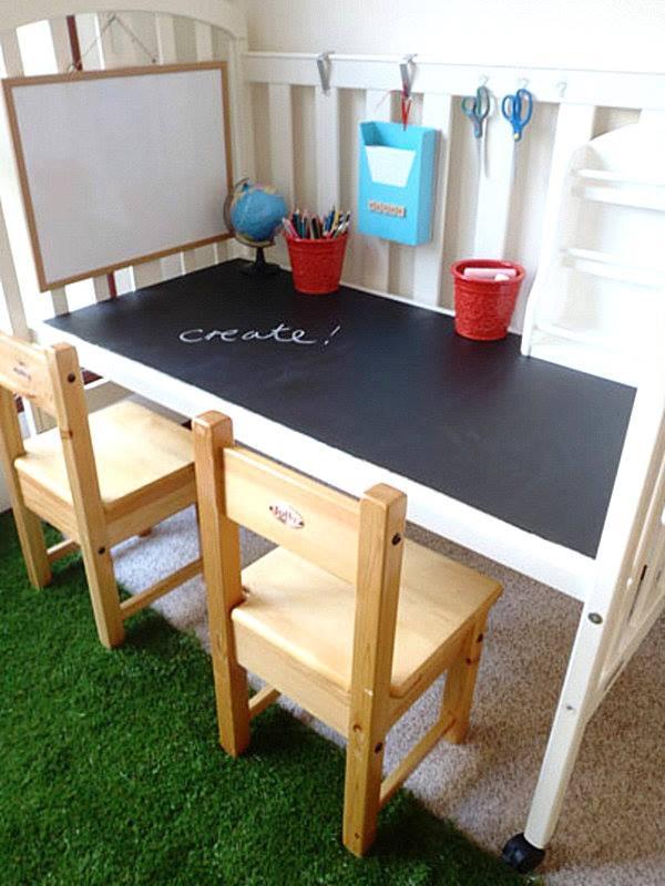 Jak można wykorzystać niepotrzebne dziecięce łóżeczko. Stolik z tablicą ;) pomysłowe