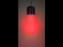 Żarówka RGB zostosowana w lampie BOMBILLA. Żarówka LED RGB 5W umożliwia zmianę koloru za pomocą bezprzewodowego pilota. Technologia LED pozwala zaoszczędzić aż do 75% energii w ...