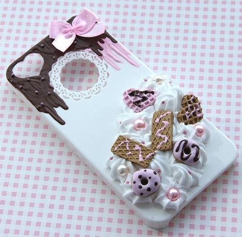 Słodka obudowa na telefon zdobiona bitą śmietaną i miniaturowymi słodkościami:)