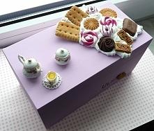 Słodki kuferek drewniany zdobiony bitą śmietaną i miniaturowymi słodkościami:)
