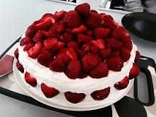 Tort z bitą śmietaną i truskawkami ♥