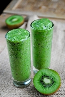 Pyszny, zdrowy i pożywny koktajl z kiwi! Przepis i więcej informacji na blogu...