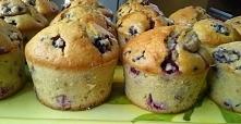 Muffinki z owocami leśnymi  Mocno owocowe muffinki, które można piec przez cały rok, bo można użyć zarówno świeżych, jak i mrożonych owoców.   Kliknij w zdjęcie! :)