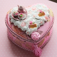 Satynowe pudełko zdobione bitą śmietaną, miniaturowymi słodyczami i miniaturami ceramicznymi :)