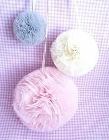 Pastelowy róż, ecru i szary - tiulowe pompony, które zawisną w oknie mojej pracowni:)