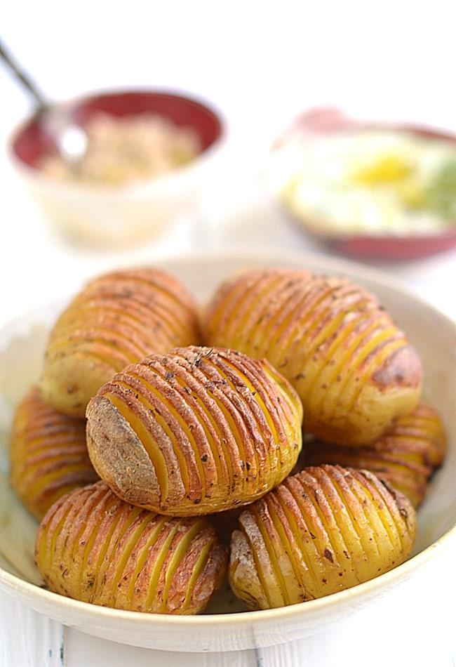 Ziemniaki Hasselback - pieczone ziemniaki z dwoma pysznymi dipami