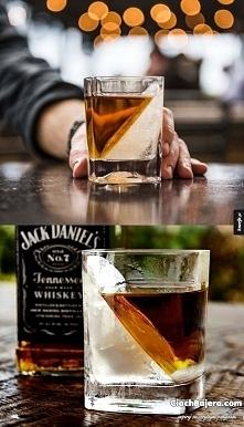 Składniki / Sposób przygotowania:  1/4 szklanki do whisky zalać przegotowaną wodą. W zamrażalniku postawić lekko pochyloną szklankę, tak aby woda się nie wylała. Odczekać kilka ...