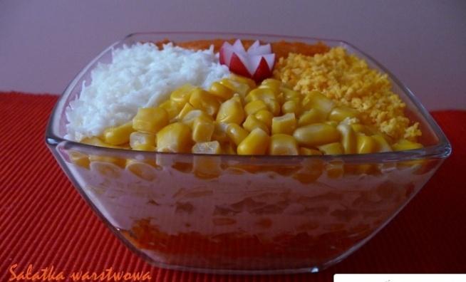 Przepis Sałatka warstwowa Z pewnością ozdobi stół wielkanocny. Bardzo proste wykonanie, jest lekka, orzeźwiająca dzięki ananasom. Nie pozostaje mi nic innego, jak zachęcić Was do zrobienia tej pysznej warstwowej sałatki...na wiosnę Składniki: seler konserwowy ugotowane marchewki kukurydza z puszki ananasy z puszki majonez por sałatkowy (biała część) jajka majonez Nie podaję ilości składników, ponieważ to zależy od wielkości salaterki Wykonanie: Wystarczy układać warstwami w kolejności podanych wyżej składników
