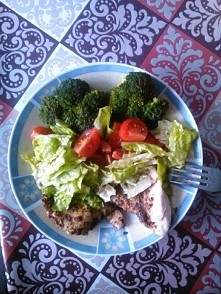 mój obiadek... tyyyle warzyw... mniam... świeże i kalafior gotowany na parze, mięsko oczywiście też.