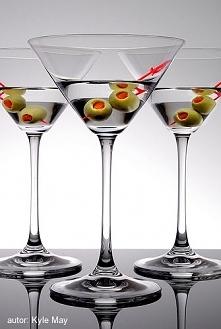 Martini  Składniki:  55 ml ginu 15 ml wytrawnego wermuta oliwki  Przygotowanie Martini rozpoczynamy od połączenia ze sobą obydwu alkoholi. Możemy to zrobić tradycyjnie mieszając...