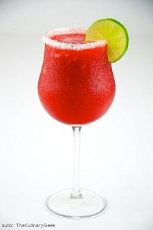 Truskawkowe Daiquiri  Składniki:  50 ml białego rumu 25 ml soku z limonki 25 ml syropu cukrowego 8 truskawek 8 kostek lodu  Truskawki dokładnie myjemy, usuwamy zielone części. N...