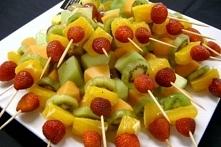 Owocowe szaszłyki <3 Składniki: 1. Ulubione owoce, które łatwo nabijesz na wykałaczkę, np.: winogrona, truskawki, brzoskwinie, mango, mandarynki, banany (sięgaj po owoce sezo...