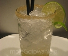 Caipirinha  Składniki 1/2 limonki 60 ml cachacy 3 lyzeczki cukru brazowego (z trzciny cukrowej) skruszony lod koniecznie dwie rurki limonka do przyozdobienia sok z limonki do na...