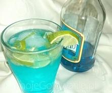 Blue Mojito  Składniki  40 ml rumu 30 ml Blue Curacao Pół limonki 2-3 listki mięty Sprite Lód  Etapy przygotowania  Alkohole i Sprite należy dobrze schłodzić. Limonkę umyć, spar...