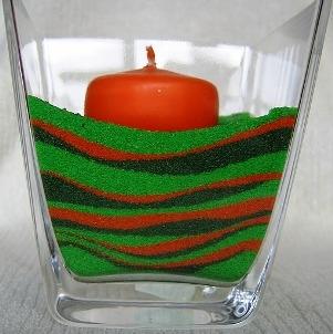 Ozdoby z kolorowej soli lub piasku  Potrzebne przedmioty Kolorowe farbki, najlepiej w tubce Szklane pojemniki, w których stworzymy nasze ozdoby, butelki, szklanki np., po kremie czekoladowy, puste pojemniki po świecach w szkle Sól kuchenna – drobna, lub bardzo drobny piasek Miseczki do mieszania soli Łyżeczka Lejek Inne ozdoby jakie chcemy w naszej kompozycji umieścić, muszelki, koraliki, podgrzewacze Generalnie polecam wykorzystanie soli a nie piasku, gdyż jako biała łatwiej się farbuje a kolory są bardziej wyraziste. Jeśli mamy już gotowe potrzebne nam przedmioty to możemy zacząć naszą pracę  Do przygotowanej miseczki wlewamy łyżeczkę wody i wyciskamy trochę farbki…Następnie wsypujemy sól…I za pomocą łyżeczki mieszamy i ucieramy dokładnie …….aby przybrała jednolity kolor…. Sól, lub też farbowany przez nas piasek jest wilgotny, dlatego trzeba go wysuszyć, najlepiej na powietrzu, lub w okolicach grzejnika, jeśli jest akurat sezon grzewczy. Gdy już mamy przygotowaną sól lub piasek to zostaje nam wsypanie go do naczynia.