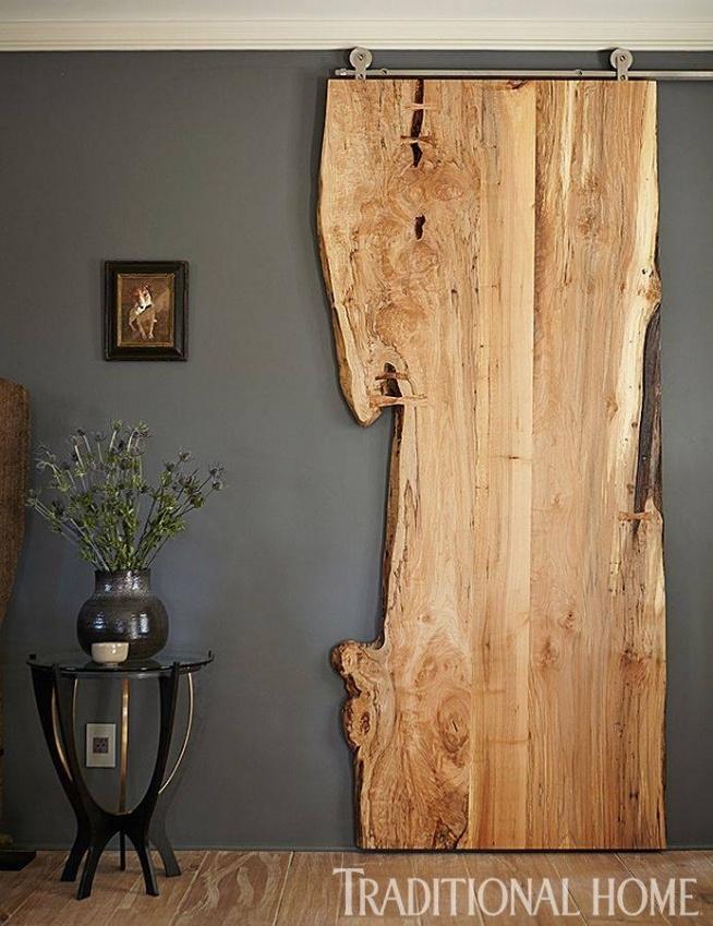 kawałek deski z drzewa jako drzwi