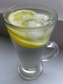 Mój ulubiony napój -  woda z cytryną i lodem ;) Jutro będzie 14 dzień mojej walki o lepsze ciało -  zważę się i napiszę Wam ile ubyło po dwóch tygodniach ;)
