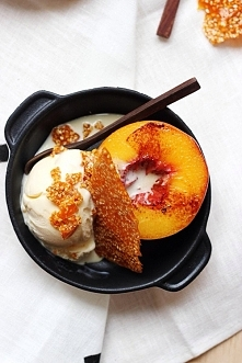 deserek na bogato : lody waniliowe , sezamek , i połówka brzoskwini