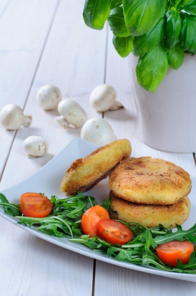 Ziemniaczane kotlety z pieczarkami i cebulą oraz z bazylią i mozzarellą