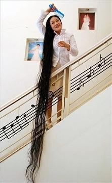 Najdłuższe włosy.. :D  Cheng Shiqiong z Chongqing ma najdłuższe włosy - 240 cm. -podziwiam :)