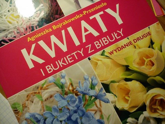 kilka pomysłów na kwiaty z bibuły ;) klik.