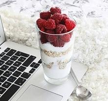 Przez to zdjęcie zatęskniłam za jogurtem greckim i malinami z ogrodu ♡