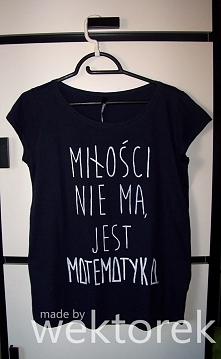 Mogę wykonać na zamówienie taką koszulkę jak widoczna na zdjęciu.  Więcej informacji: wektorek.handmade@gmail.com