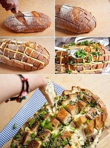 Kup niekrojony chleb, natnij go, włóż ser i zioła do nacięć i upiecz go w pie...