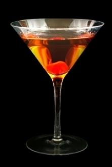 Drink Manhattan  Składniki 50 ml whiski kanadyjskiej 25 ml martini - wermut bianco 5 ml campari lub inny bitter lód kruszony lub kostki Do dekoracji: wisienka koktajlowa  Sposób...