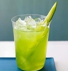 Sacred Silence  Składniki 45 ml wódki Grey Goose le Citron 15 ml likieru Green Chartreuse świeżo wyciśnięty sok z jednej cytryny 10 ml syropu cukrowego ogórek zielony 2-3 liście...