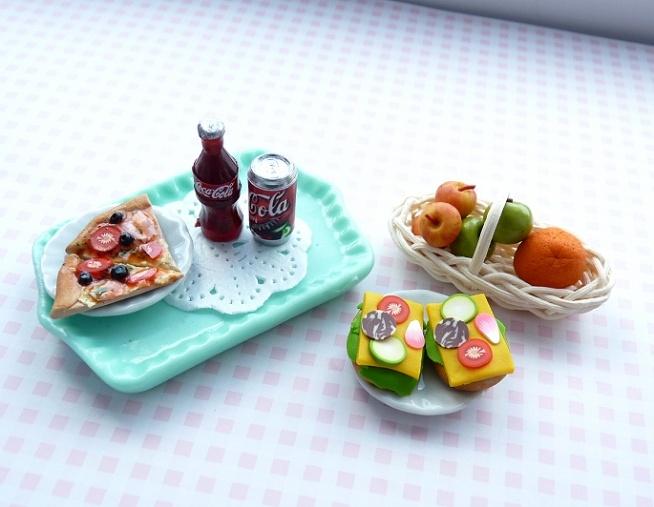 Pizza i Cola, czy zdrowe kanapki i owoce? ;) wszystko to miniaturki z masy termoutwardzalnej FIMO;)