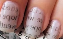 Gazetowe paznokcie: potrzebujemy: trochę alkoholu lub perfumy paski wycięte z gazety lakier bezbarwny jasny lakier do paznokci Jak wykonać: 1. Malujemy paznokcie kremowym lakier...