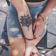 Tatuaże z lotosem symbolizują boskość, duchowość, połączenie dwóch światów, odrodzenie oraz wieczne życie. Lotos w tatuażach europejskich symbolizuje dobrą fortunę, powodzenie i...