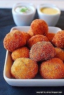 serowo-ziemniaczane kule z sosem Składniki: 300-400 g ugotowanych, rozgniecio...