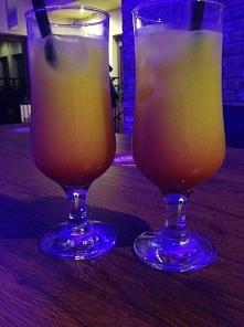 """drink """"Sex on the beach""""  Składniki: - kilka kostek lodu - 50 ml wódki - 20 ml likieru brzoskwiniowego -100 ml soku żurawinowego -100 ml soku pomarańczowego  przygotow..."""