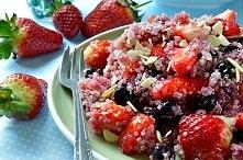 Wysoko proteinowa, odżywcza, niskokaloryczna sałatka z quinoa migdałami i owocami. Idealna na szybki i zdrowy lunch , dla zabieganych mam i dbających o linię.  Więcej znajdzieci...