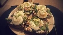 kanapki na razowym toście z serkiem kanapkowym, zieloną sałatą, podsmażonym ł...